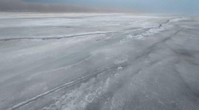 Лед на заливе еще крепкий и потрясающе…